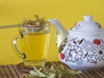 Chá e bule do Linden com fundo amarelo Foto de Stock Royalty Free