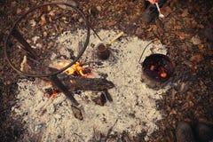 Chá e café no fogo Um potenciômetro e um turco em um fogo fora Imagens de Stock Royalty Free