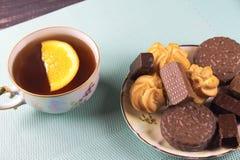 Chá e doces em um fundo da hortelã Imagens de Stock Royalty Free
