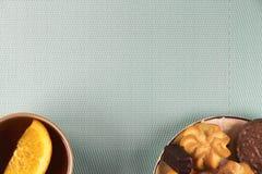 Chá e doces em um fundo da hortelã Imagem de Stock
