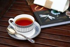 Chá e leitura da noite Fotografia de Stock