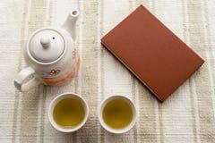 Chá e livro fotografia de stock royalty free