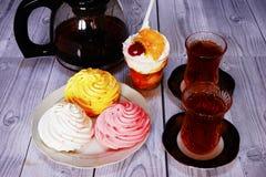Chá e loukoum na tabela Fotografia de Stock