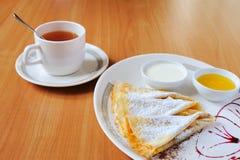 Chá e panquecas com açúcar pulverizado Imagem de Stock