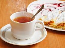 Chá e panquecas com açúcar pulverizado Fotografia de Stock Royalty Free