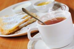 Chá e panquecas com açúcar pulverizado Fotos de Stock
