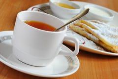 Chá e panquecas com açúcar pulverizado Imagem de Stock Royalty Free