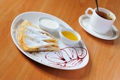 Chá e panquecas com açúcar pulverizado Imagens de Stock Royalty Free