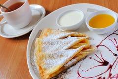 Chá e panquecas com açúcar pulverizado Fotografia de Stock