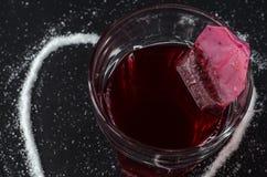 Chá e saquinho de chá da morango no vidro, açúcar derramado na forma do coração Imagem de Stock