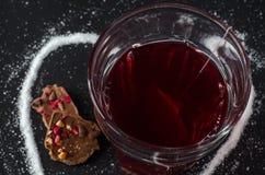 Chá e saquinho de chá da morango no vidro, chocolate da baga, no fundo escuro Fotografia de Stock