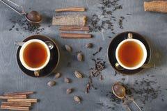 Chá e spises na tabela de madeira Fotografia de Stock