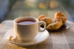 Chá e um bolo Imagens de Stock Royalty Free