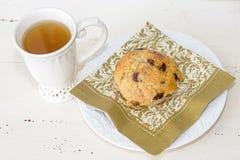Chá e um queque Fotos de Stock Royalty Free