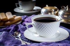 chá em um copo branco Uma foto escura Fotos de Stock Royalty Free