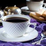 chá em um copo branco Uma foto escura Foto de Stock Royalty Free