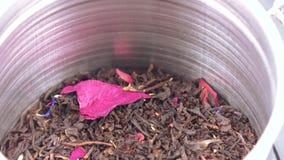 Chá em um frasco do ferro com uma tampa vídeos de arquivo