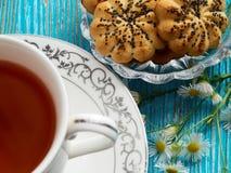 Chá em um fundo azul Imagens de Stock Royalty Free