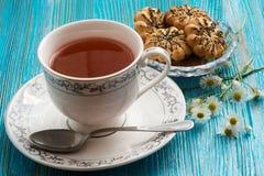 Chá em um fundo azul Fotos de Stock Royalty Free