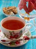Chá em um fundo azul Fotografia de Stock Royalty Free