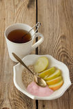 Chá, farinha de aveia, maçãs e iogurte Fotografia de Stock Royalty Free