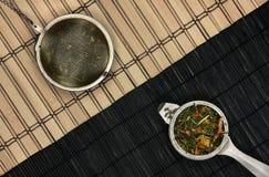 Chá-filtros na diagonal de madeira Foto de Stock