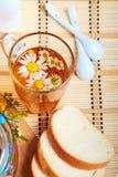 Chá floral erval com flores da camomila fotografia de stock royalty free