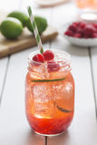 Chá gelado do cal da framboesa em Mason Jar Fotografia de Stock