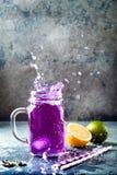Chá gelado ou limonada azul da flor da ervilha de borboleta Bebida erval da desintoxicação saudável fotos de stock royalty free