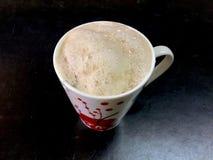 Chá indiano com espuma no copo de café fotografia de stock