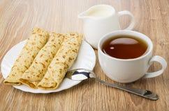 Chá, jarro do leite, placa das panquecas com enchido imagens de stock
