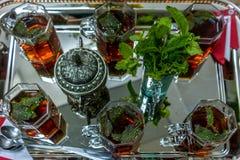 Chá marroquino bonito com hortelã e açúcar fotografia de stock royalty free