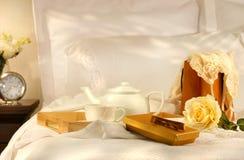Chá na cama com chocolates Imagem de Stock