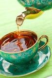 Chá na caneca antiga da porcelana foto de stock