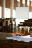 Chá na tabela na sala de aula da monge Imagens de Stock
