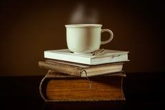 Chá no livro foto de stock