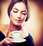 Chá ou café bebendo da menina Fotografia de Stock