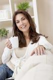 Chá ou café bebendo da mulher em casa Foto de Stock Royalty Free
