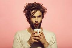 Chá ou café no sopro do homem no copo fotos de stock
