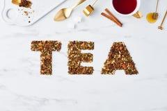 Chá - palavra escrita por ervas e por frutos secados fotos de stock royalty free