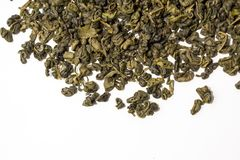 Chá perfumado, peppery, verde em um fundo branco Vista superior foto de stock