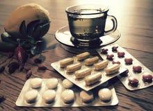 Chá, pimentas, remédios naturais do limão contra comprimidos Foto de Stock