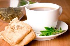 Chá preto com ervas Fotografia de Stock