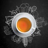 Chá preto com garatujas da ecologia do círculo Elementos esboçados do eco com o copo do chá verde, ilustração do vetor Imagens de Stock