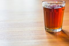 Chá preto de Masala no copo de chá de vidro fotos de stock