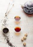 Chá preto em um bule transparente e em uns copos Fotografia de Stock Royalty Free