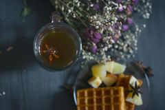 Chá preto picante com waffles A vista da parte superior Fotos de Stock