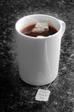 Chá preto puro em uma caneca Fotos de Stock Royalty Free