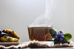 Chá preto quente crescente na tabela fotografia de stock