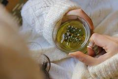 Chá prudente com mão da mulher Imagens de Stock Royalty Free